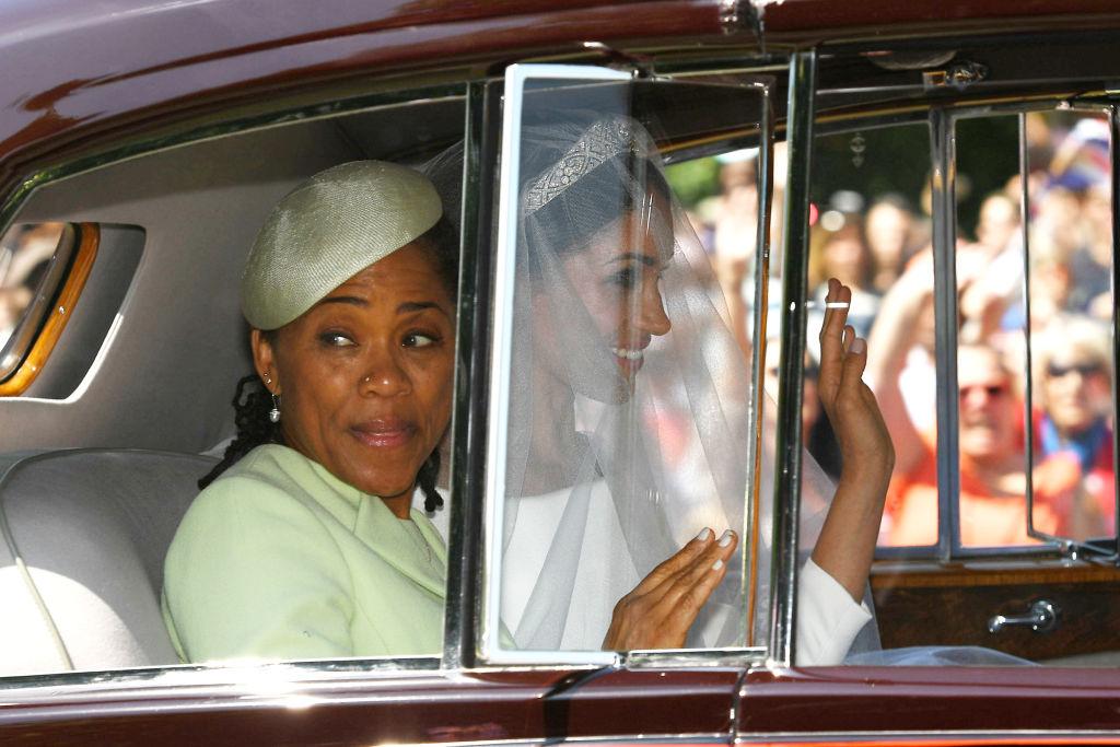 Doria Ragland și Meghan Markle într-o mașină, la nunta Ducilor de Sussex, în mai 2018