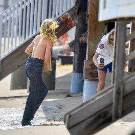 Elsa Hosk, fotografiată de iubit pe plajă, în Santa Monica, topless