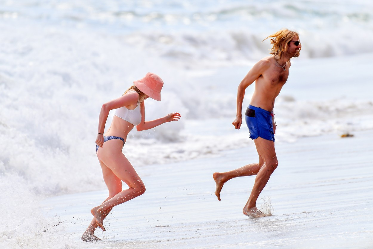 Elsa Hosk și iubitul ei, Tom, la plajă, în valuri, în Santa Monica