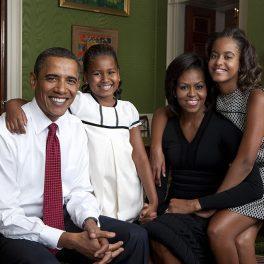 Familia Obama, într-un portret de familie, la Casa Albă, în anul 2009