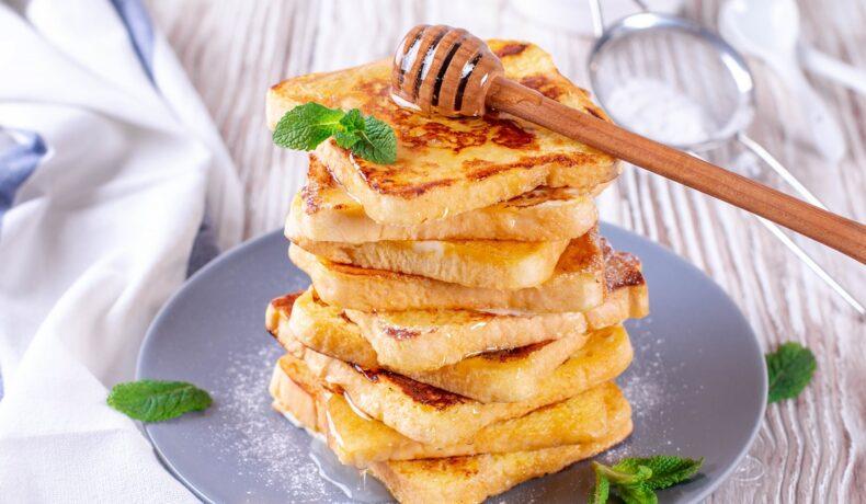 Frigănele cu miere pe un platou de servire