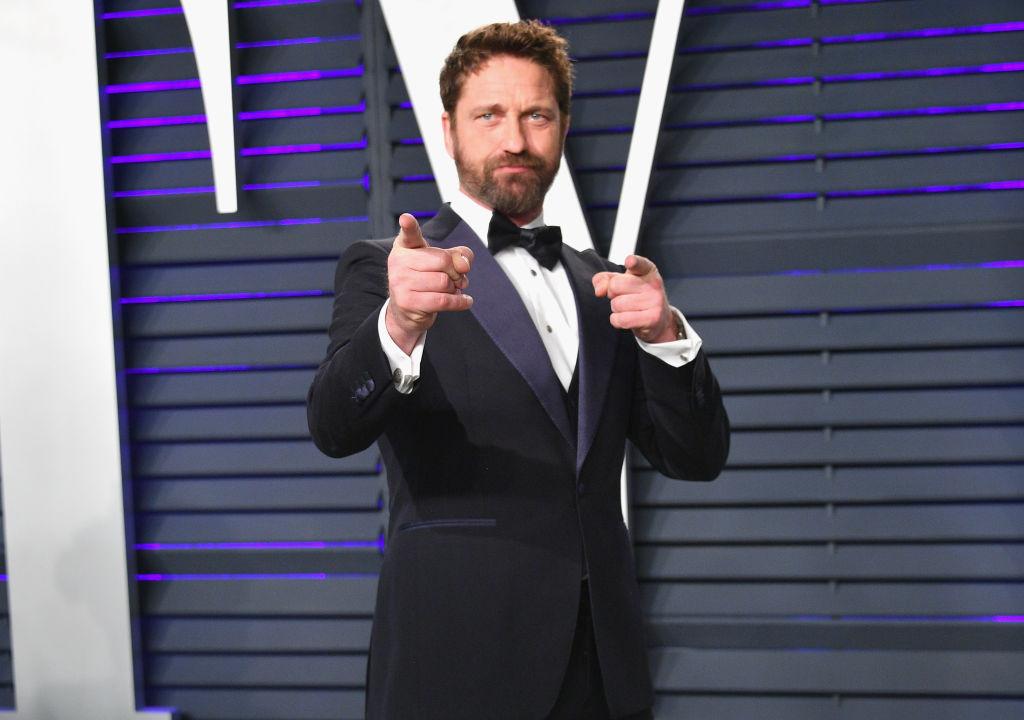 Gerard Butler, la Vanity Fair Oscar Party, pe covorul roșu, în anul 2019