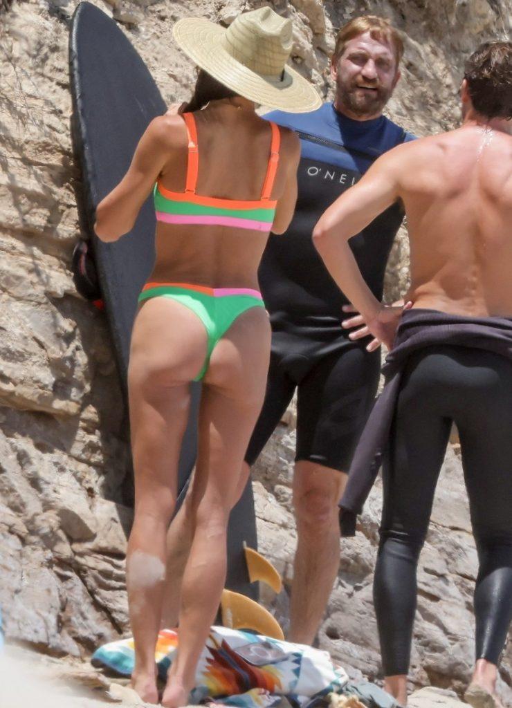 Gerard Butler și Morgan Brown, alături de prieteni, la plajă în Malibu, în costume de baie