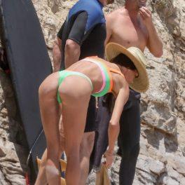 Morgan Brown, în timp ce stă aplecată la plajă în Malibu, lângă Gerard Butler
