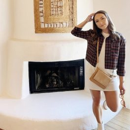 Hailie Jade Mathers, fotografie publicată pe contul de Instagram, în 2021, îmbrăcată într-o rochie albă, scurtă