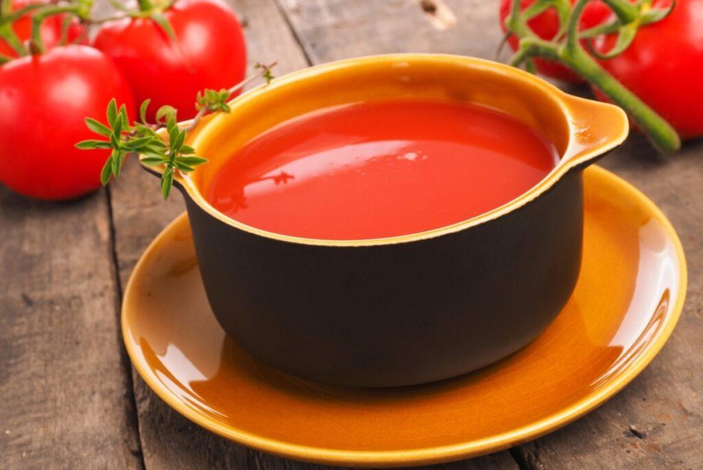 Supa Gazpacho într-un bol rustic