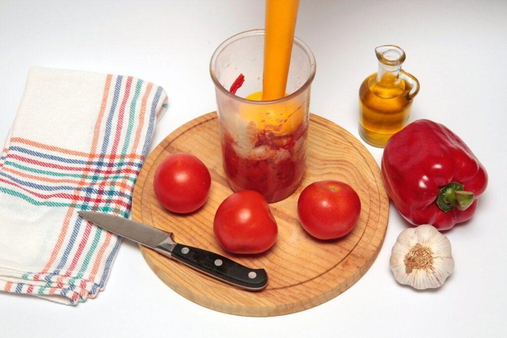 Îngredientele pentru supa rece gazpacho în recipientul blenderului