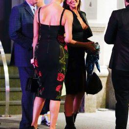 Irina Shayk, îmbrăcată într-o rochie neagră, cu bocanci, midi și decolteu abisal