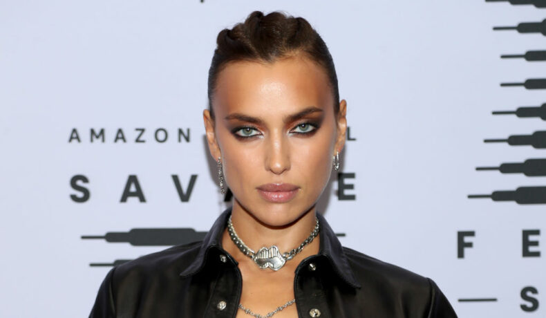 Irina Shayk, la Rihanna's Savage X Fenty Show, în anul 2020, îmbrăcată în negru
