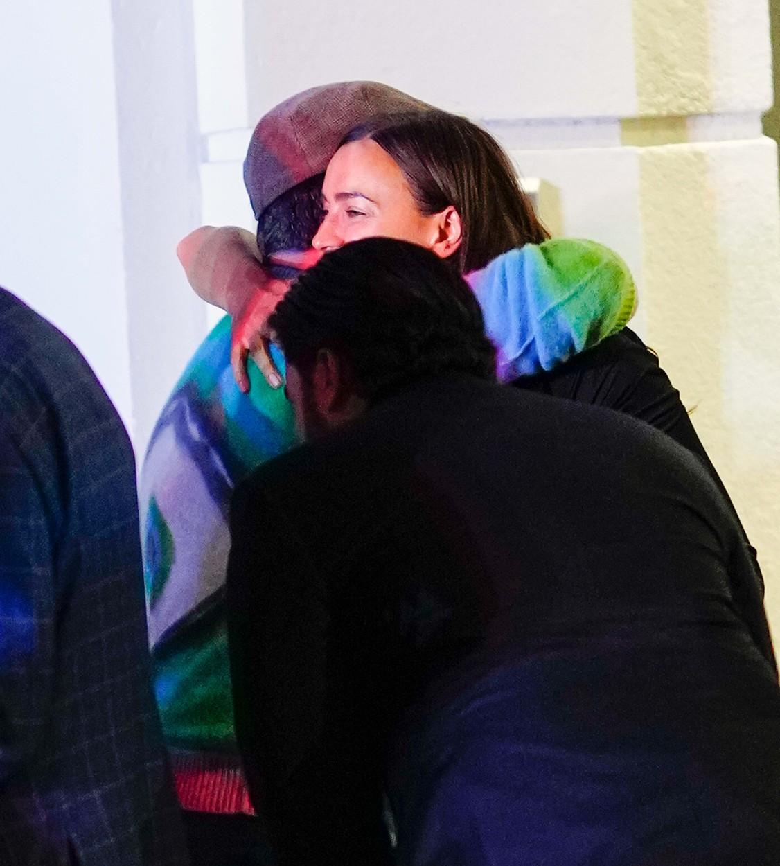 Irina Shayk, fotografiată în timp ce-l îmbrățișează pe Jason Sudeikis, la o întâlnire în oraș
