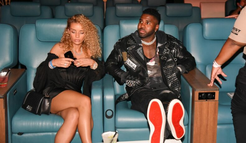 Jason și Jena, la cinema, în Miami, în luna iunie 2021, îmbrăcați în negru, în timp ce stau pe fotolii