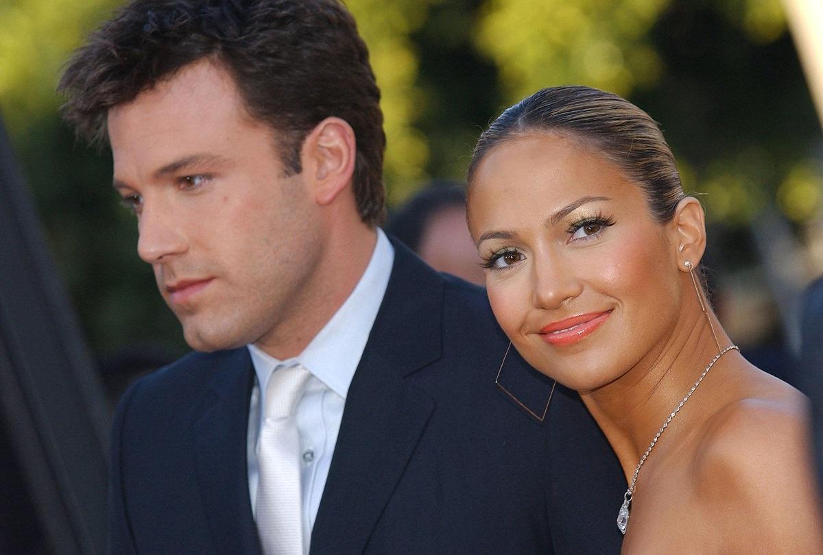 Ben Affleck și Jennifer Lopez la premiera mondială a filmului Daredevil, februarie 9 2003, în los angeles. Lopez poartă bijuterii și o rochie fără bretele și affleck are un costum negru și o cămașă albă