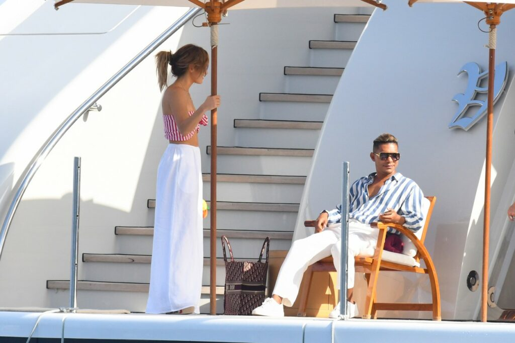 Jennifer Lopez, fotografiată alături de un bărbat, un prieten apropiat, pe un iaht, în Italia
