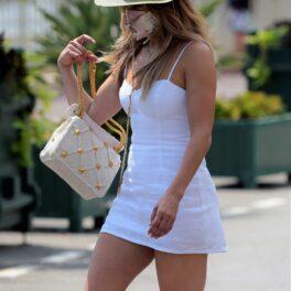 Jennifer Lopez a mers la cumpărături în Monaco, după ce și-a serbat ziua de naștere pe un iaht. Imbrăcată într-o rochie scurtă, albă, cu pălărie din paie