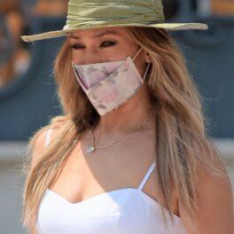 Jennifer Lopez, în Monaco, la câteva zile după ce a împlinit 52 de ani. Îmbrăcată într-o rochie albă, pălărie de pai, mască și colier cu Ben