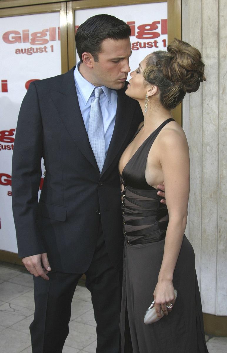 Jennifer Lopez și Ben Affleck pe covorul roșu al filmului Gigli, din 2003. Ea a purtat o rochie maro, cu decolteu, li el a purtat un costum negru și cămașă albastră
