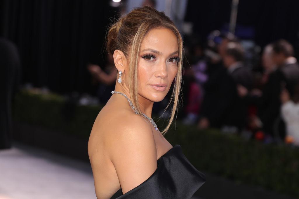 Jennifer Lopez, la Annual Screen ActorsGuild Award, în anul 2020, pe covorul roșu, într-o rochie neagră