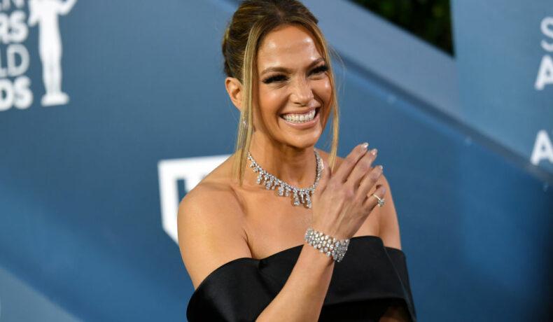 Jennifer Lopez, pe covorul roșu, în timp ce râde, la Annual Screen ActorsGuild Award, în 2020
