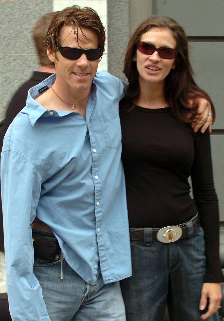 Julia Roberts și soțul ei Daniel Moder pe stradă, în anul 2005, New York, SUA. Ea e imbrăcată într0o bluză neagră și blugi, el poartă o cămașă albastră și blugi, ambii poartă ochelari de soare