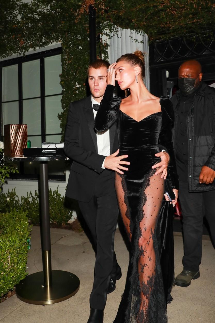 Justin Bieber, fotografiat în timp ce iese cu soția de la un eveniment, amândoi îmbrăcați elegant