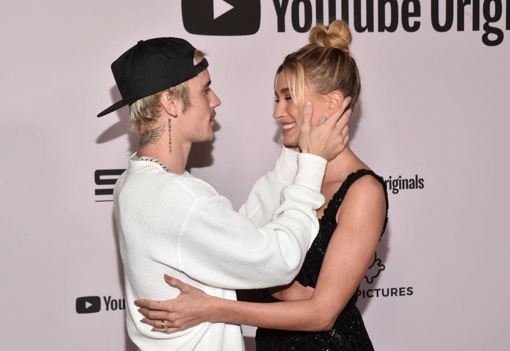Justin Bieber, fotografiat în timp ce își admiră soția, la lansarea unei mini serii pe canalul său de Youtube