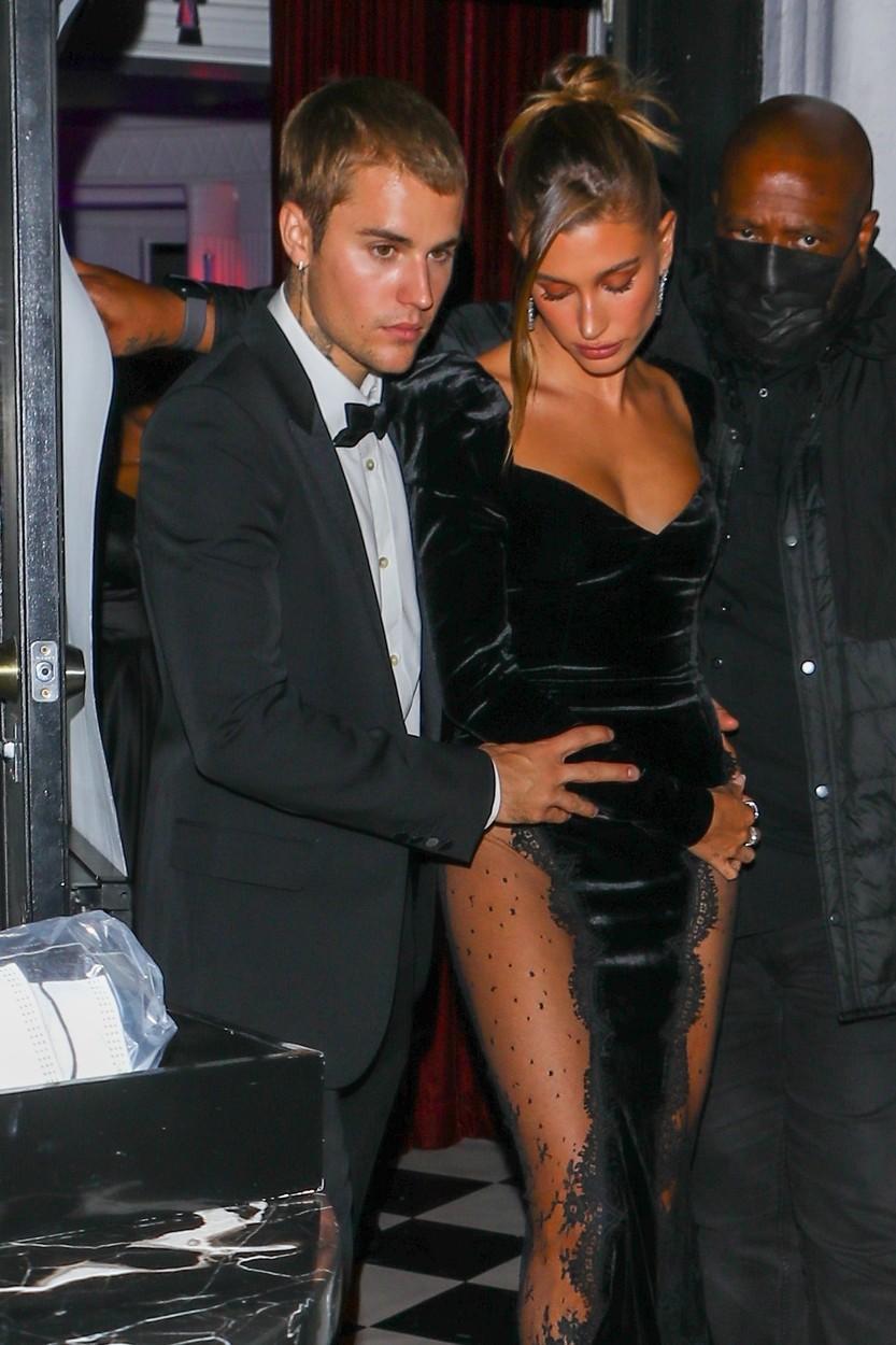 Justin Bieber, fotografiat în timp ce își protejează soția, la ieșirea de la un eveniment. Cei doi au fost îmbrăcați foarte elegant