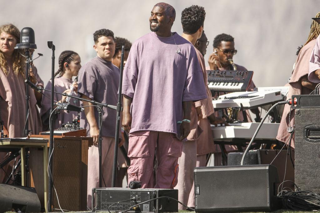 Kanye West, la Coachella Valley Music And Arts Festival, pe scenă, alături de echipa sa