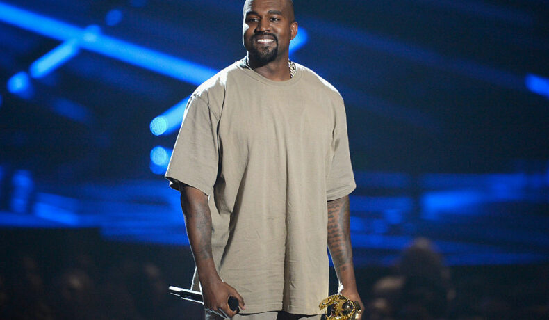 Kanye West, pe scenă, la MTV Video Music Awards, în timp ce susține un concert
