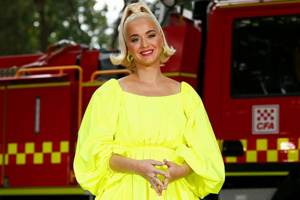 Katy Perry, îmbrăcată într-o rochie galbenă, la un concert pentru pompierii care au luptat cu incendiile de vegetație din Victoria