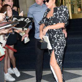 Lady Gaga, la o sesiune de fotografii și autografe, la ieșirea hotelului Plaza, în New York