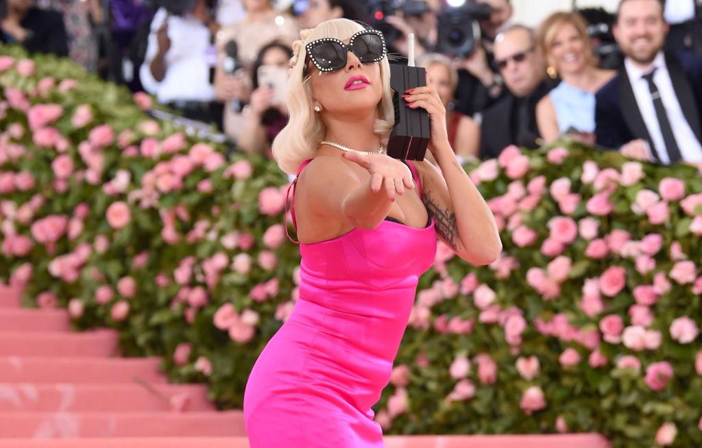 Lady Gaga, îmbrăcată într-o rochie roz, pe covorul roșu, la Met Gala, în 2019