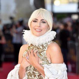 Premiera A Star Is Born din Marea Britanie, anul 2018. Ea a apărut pe covorul roșu cu o rochie aurie, cu guler și mâneci albe. Glerul foarte înalt, similar cu cel din perioada Tudorilor. Fundal roșu și cu mulțime