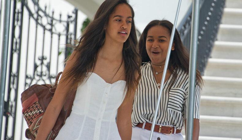Malia și Sasha Obama, în vacanță, în timp ce coboară din avionul prezidențial, în anul 2016