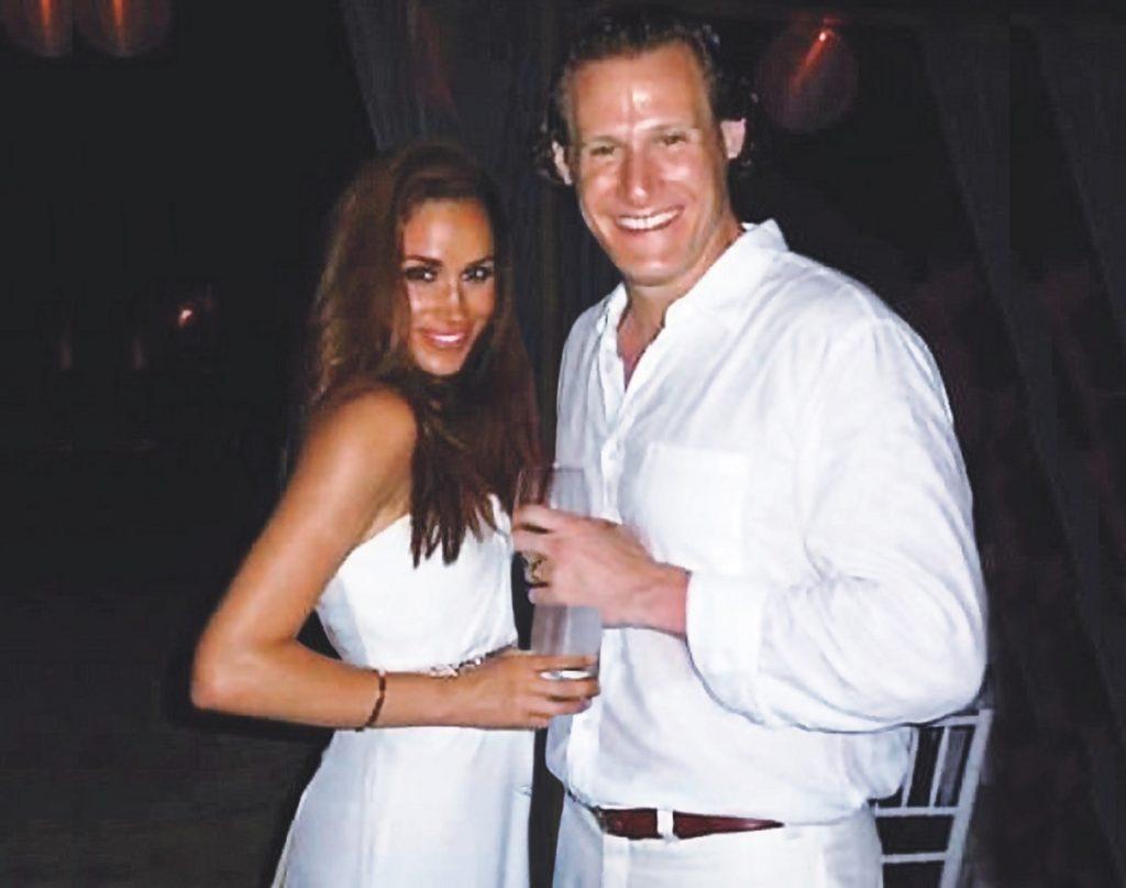 Meghan Markle și Trevor Engelson în timpul ceremoniei de căsnicie din 2011, pe plaja Ocho Rios, din jamaica. Amândoi au purtat alb și Meghan și-a lăsat părul liber