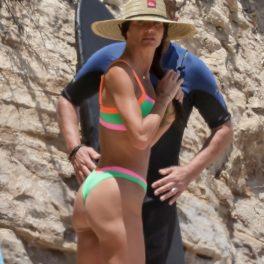 Morgan Brown, fotografiată pe plajă în Malibu, alături de Gerard Butler, în costume de baie