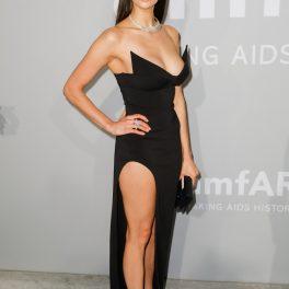 Nina Dobrev, într-o rochie lungă neagră, cu despicătură adâncă, la amfAR Gala