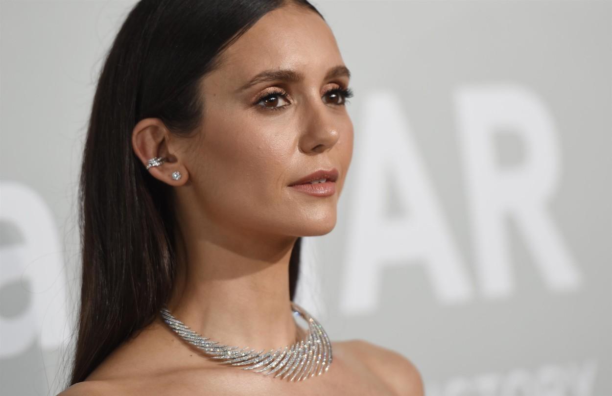 Nina Dobrev, la Festivalul de Film de la Cannes, într-o rochie neagră