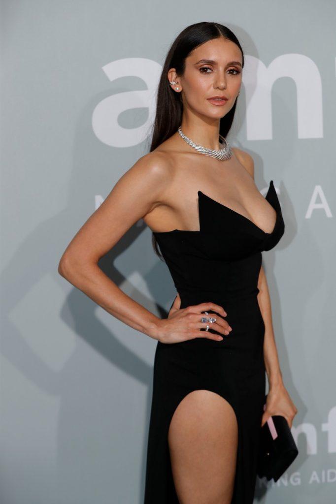 Nina Dobrev, cu mâna în talie, pe covorul roșu, la Festivalul de Film de la Cannes, în 2021