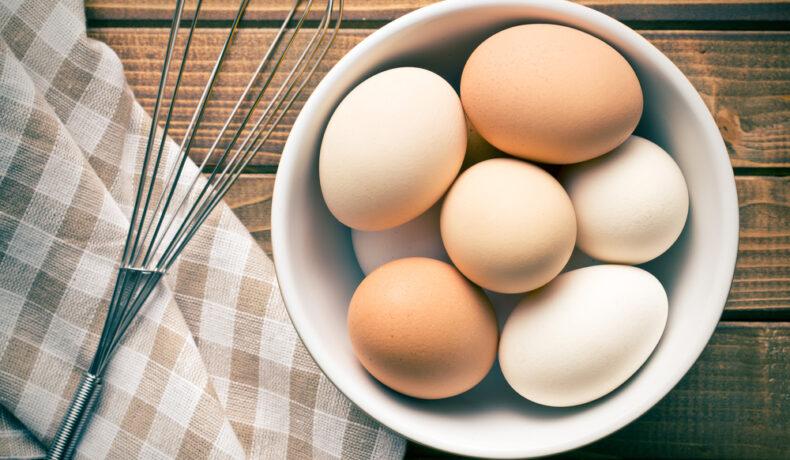 Ouă albe și maronii, într-un bol alb, din ceramică