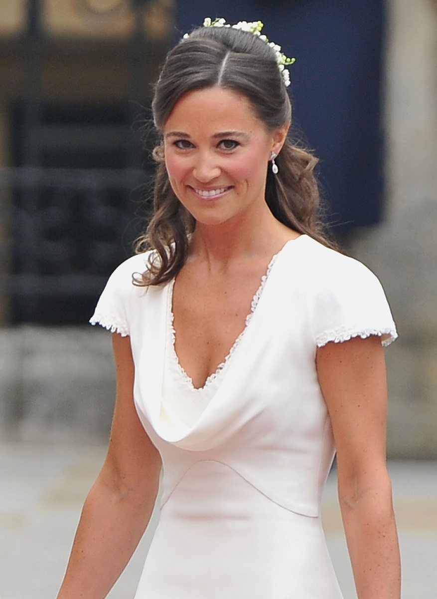 Pippa Middleton în ținuta de domnișoară de onoare, albă, cu decolteu și accesoriu în păr