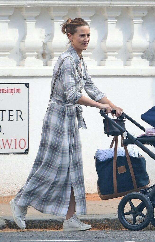 Pippa Middleton, fotografiată în timp ce își plimbă fiica în cărucior, pe stradă, în Londra