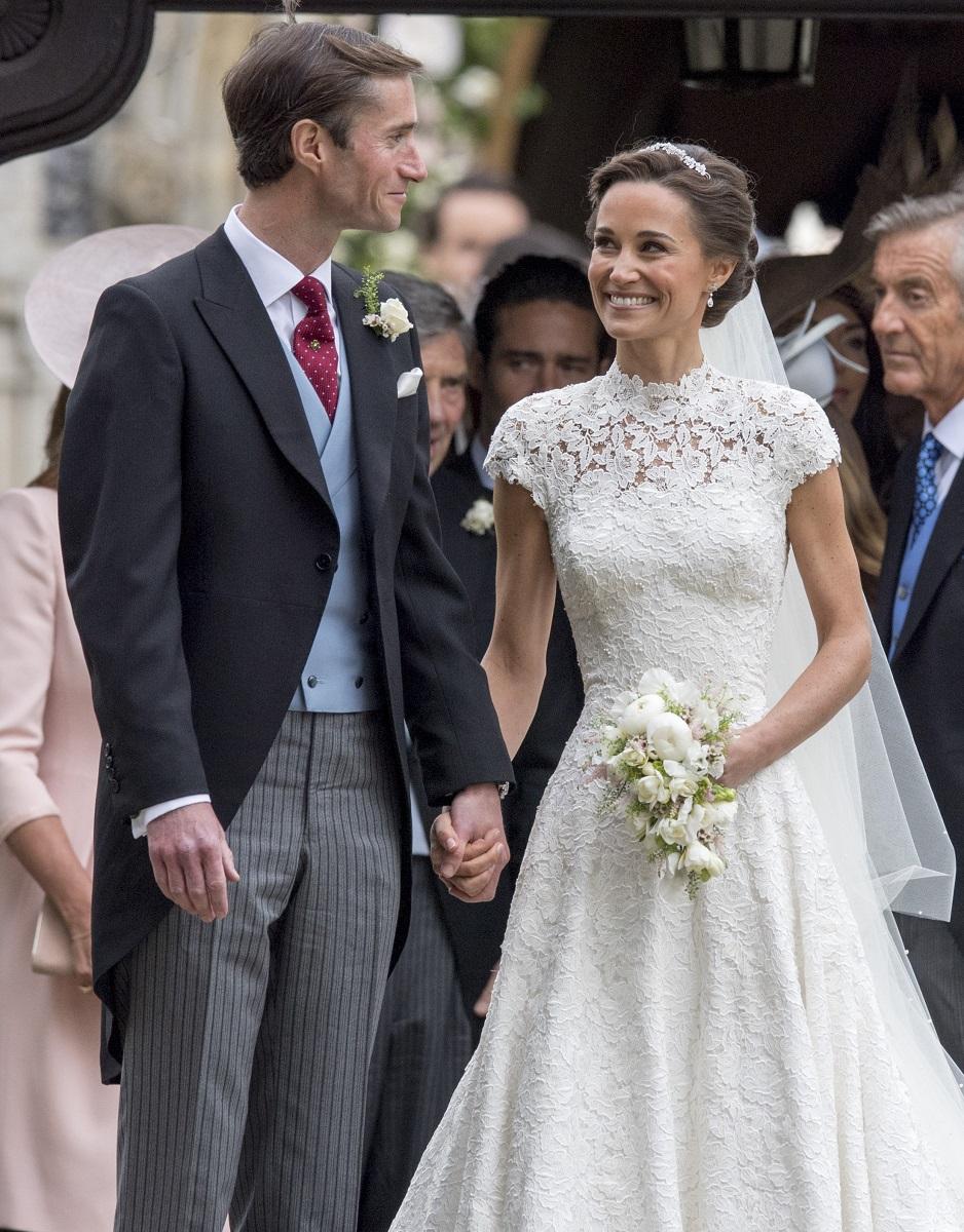 Pippa Middleton și soțul ei, James, la nunta din 2017, ea în rochie de mireasă, James în costum elegant, invitați în fundal, în mai 2017