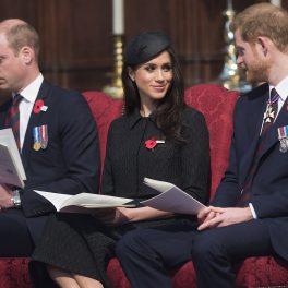 Printii William si Harry, alături de Meghan Markle, la Westminster Abbey, în 2018. Toți 3 s-au îmbrăcat în ținute închise la culoare pentru Anzac Day