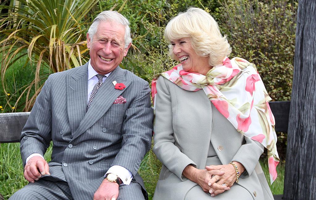 Prințul Charles și Camilla Parker Bowles, la un turneu în Noua Zeelandă, în anul 2015, în timp ce râd unul la altul