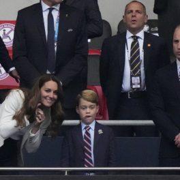 Kate Middleton, fotografiată în timp ce îi arată ceva pe terenul de fotbal Prințului George în Finala EURO 2020