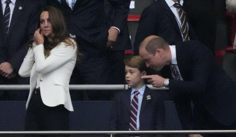 Prințul William, fotografiat în timp ce îi explică ceva Prințului George în tribune, la meciul dintre Anglia și Italia din finala EURO 2020