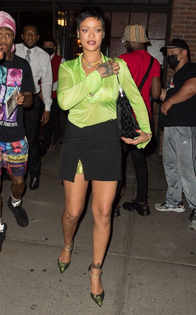 Rihanna, într-o cămașă verde și o fustă scurtă, la o plimbare în New York