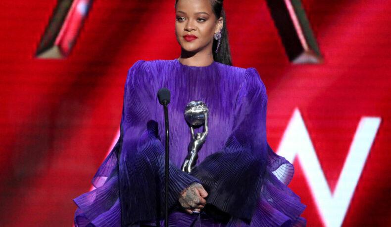 Rihanna, la show-ul NAACP Image Awards, în anul 2020, într-o rochie mov, cu volane