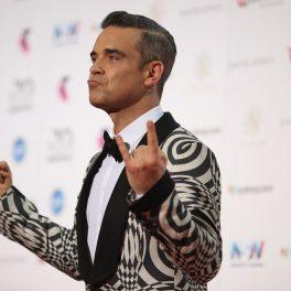 Robbie Williams, Premiile ARIA, 2016, covorul roșu. Imbrăcat într-un costum alb cu negru
