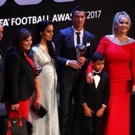 Cristiano Ronaldo și familia sa, îmbrăcați elegant, pe covorul roșu, la Best FIFA Football Awards, în 2017